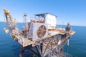 Elhagyva rozsdásodó olajfúró tornyot mutat meg nekünk ez a látványos drónvideó