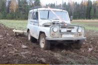 Lerobbant a traktor, így luxus-szabadidő-autóval művelte földjét az orosz gazda 1