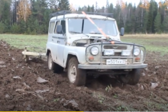 A vígan szántó UAZ bizonyítja, hogy az orosz technika mindenre jó