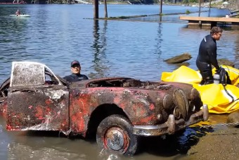 Autókat horgásztak ki egy folyóból