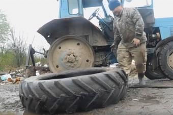 Gépek nélkül, puszta kézzel cserél kereket az MTZ-n az orosz melós