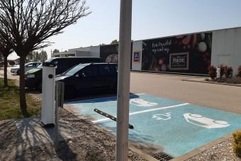Ingyenes e-autó-töltőket adtak át Budapesten
