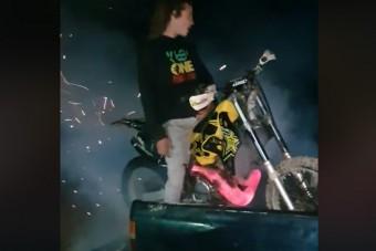 Túllőtt a célon a gumiégető motoros, kisebb robbanás lett a vége