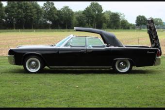 Az amerikai autógyártás netovábbja, ahogy ez a Lincoln felhúzza a tetőt