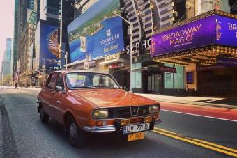 Ennél menőbbet nem láttál idén: régi Daciával pózolnak New York kihalt utcáin
