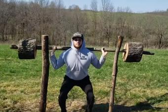 Tűzifából csinált magának edzőtermet egy amerikai testépítő