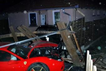 Ferrari szakította át egy családi ház kapuját Délegyházán