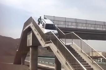 Meg akart fordulni a sztrádán, a lépcsőt választotta a Suzuki Jimnyvel