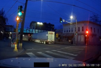 Három figyelmeztetést hagyott figyelmen kívül a kamionos, aztán jött a vasúti átjáró