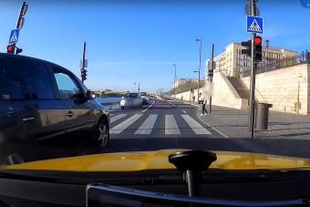Záróvonal, piros lámpa, zebra és egy induló gyalogos - ezekre mind magasról tett a rakparton egy autós