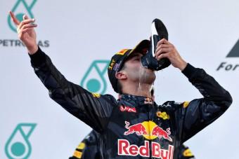 F1: Hamiltont és Vettelt itatná Ricciardo
