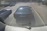 Ilyen sem volt még: mentő büntetőfékezett az autó előtt 1