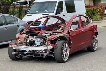 Hihetetlen, de önerőből mozog ez a törött Tesla