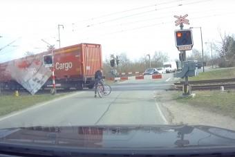 A koronavírustól igen, a vonattól kicsit sem fél ez a bringás