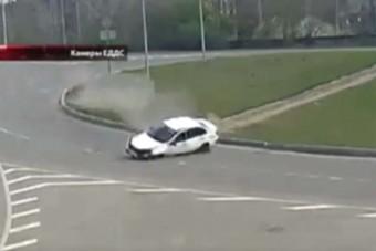 Két őrült baleset történt egy nap alatt ebben az orosz körforgalomban