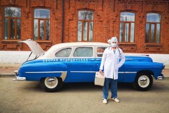Retro mentőautóval viszik az orosz koronás betegeket