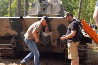 Így indították be kézzel a Tigris tankok 23 literes motorját