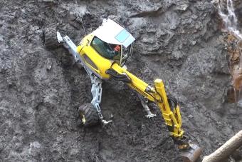 Pókként mászik a meredek hegyoldalon ez a munkagép