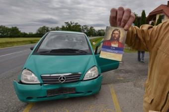 Péksütijei sodorták bajba az árokba csúszott Merci sofőrjét, Jézus megmentette