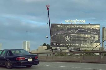 Miért van egy 1993-as Toyota Supra hirdetés még mindig az autópálya mellett?