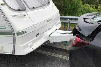 Nem volt vonóhorog az autón, mégis elhúzta a lakókocsit