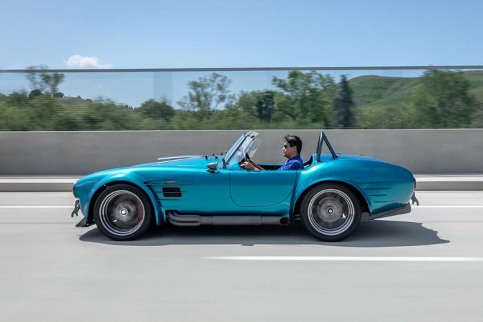 A modern Cobra ára 25 millió, plusz a motor 1