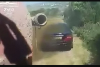 Trágyával szórta le a földjére parkoló autót a gazda