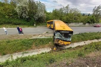 Keresztbe álló busz torlaszolta el a 6-os utat