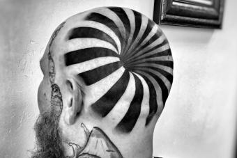 Félelmetes, ahogy ez az optikai csalódásra építő tetoválás átveri a szemed