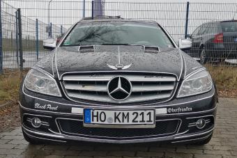 Ezt a Mercedest csúnyán elkapta a ragasztható krómcsík kórság