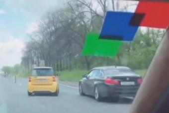 Idióta módon vezetett a Smart sofőrje, majdnem baleset lett a vége