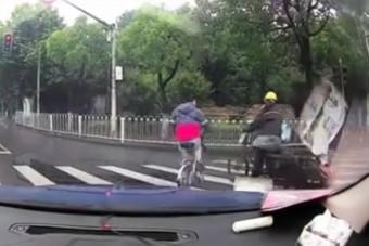 Az év jelenete játszódott le egy zebrán két bringás között