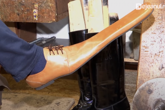 Vírus ellen tervezett egyedi cipőt egy kolozsvári mester, de szerintünk ő sem gondolja komolyan