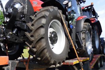 Egy fordulóval akarta letudni a melót, ezért dupla annyi traktort vitt a kamionos