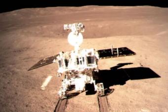 A kínaiak már 500 napja vizsgálják a Hold sötét oldalát