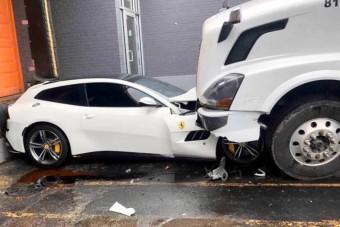 Csúnyán lezúzta főnöke Ferrariját a kamionos