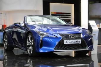 Szívómotor a csúcson: V8, 464 lóerő, 45 millió forint