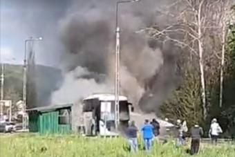 Akár egy űrsikló fellövésénél, úgy lángolt egy busz Nádújfalunál