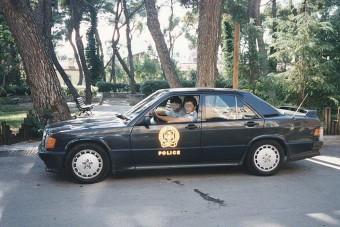A görög rendőrök ezekkel a penge verdákkal harcoltak az illegális versenyzők ellen