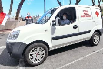 F1: Leclerc a Vöröskeresztnél dolgozik