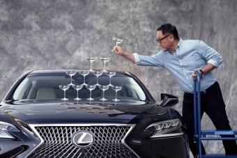 Az új Lexus LS is tudja az ikonikus poharas trükköt