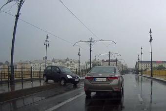 Megtréfálta a vizes Margit híd az autóst, pörgés lett a vége