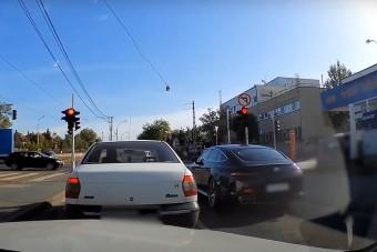 A pofátlan mercis csúnyán beugratta a mellette álló autóst a Béke úton