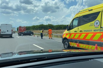 Az M2-esen is összement két autó, fotókon a baleset