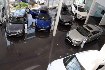 Drasztikusan zuhan az új autók eladása itthon, de már látni az alagút végét