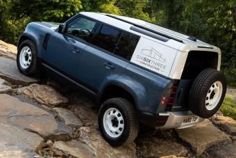 Már videón is megnézheted a Land Rover furgonját