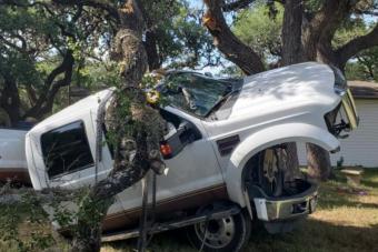 Egy öreg fát használt darunak a türelmetlen amerikai autós, ez lett a végeredmény