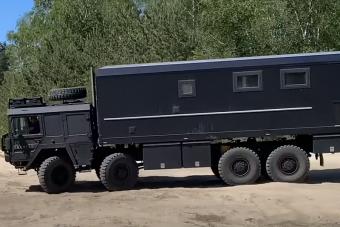 Brutális katonai teherautóvál vág neki a világnak egy német nyugdíjas
