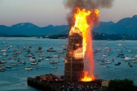 Szándékosan felgyújtott egy hidat az ünneplő tömeg 4
