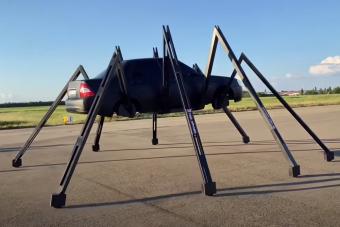 Unatkozó szerelők óriási pókot építettek egy Ladából